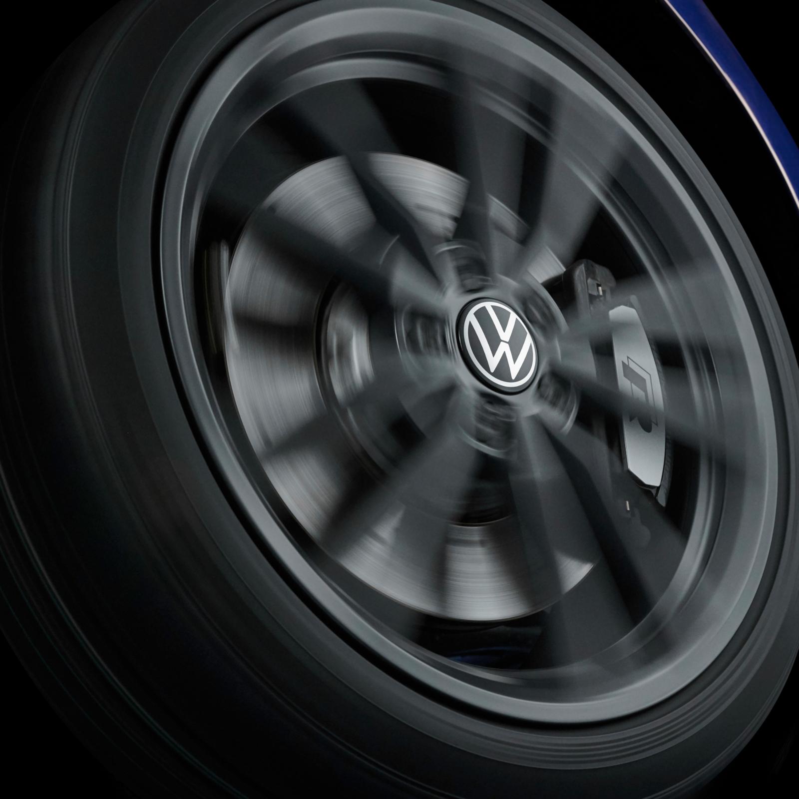 Dynamische Nabenkappen mit neuem Volkswagen Logo 000071213D